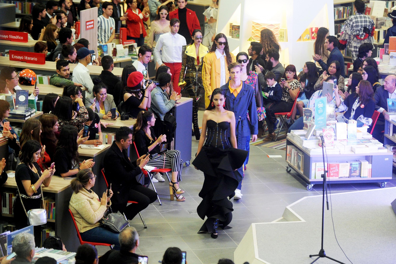 El desfile de modas se realizo por los pasillos de la Libreria Carlos Fuentes