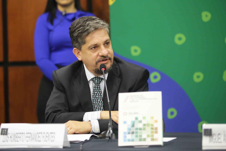 Luis Humberto Fernández Fuentes hablando al microfono durante el evento