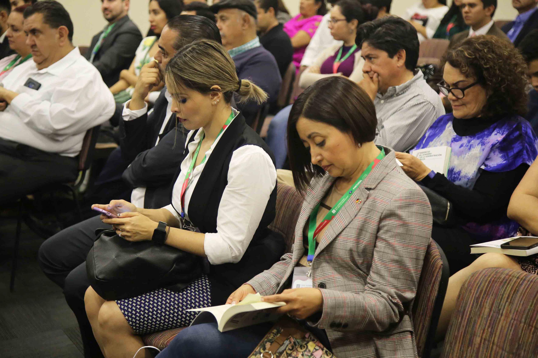 Dos mujeres sentadas en la primera fila del evento de presentación