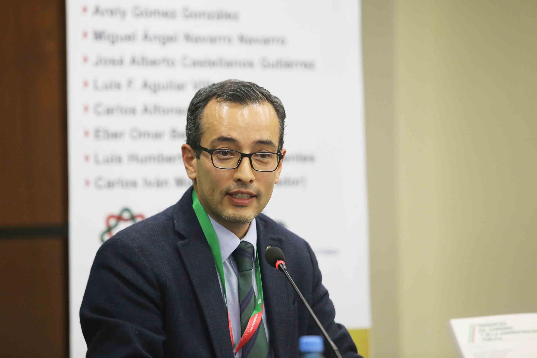 El doctor Carlos Iván Moreno hablando al microfono durante el evento