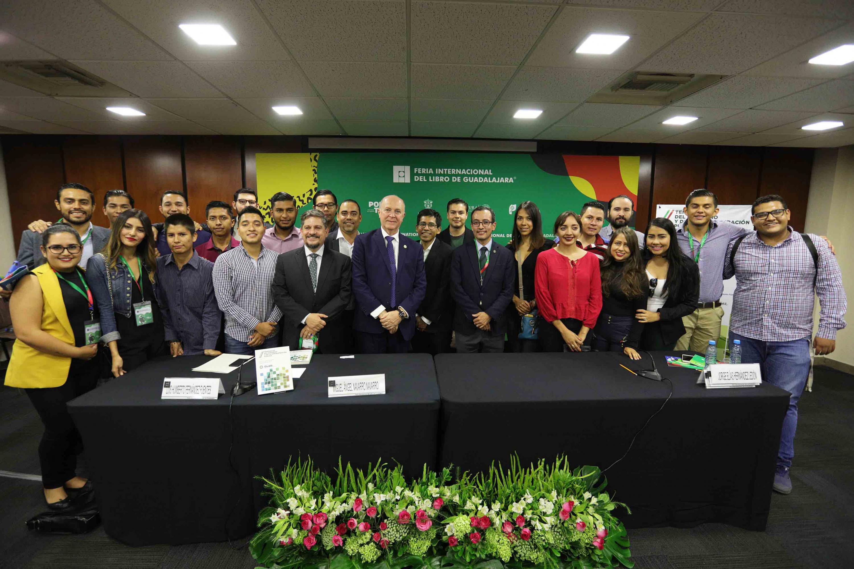 Fotografía general al termino de la presentación con autoridades y el público que tambien fue autor del libro