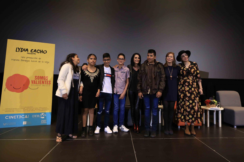 Periodista y escritora Lydia Cacho junto a los niños y niñas protagonistas