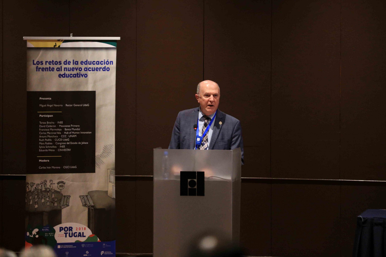 Rector General de la Universidad de Guadalajara (UdeG), doctor Miguel Ángel Navarro Navarro, al dar las palabras de bienvenida en el foro Los retos de la educación frente al nuevo acuerdo educativo