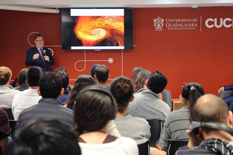 El doctor George Fitzgerald Smoot durante su conferencia hablando de las Ondas Gravitacionales