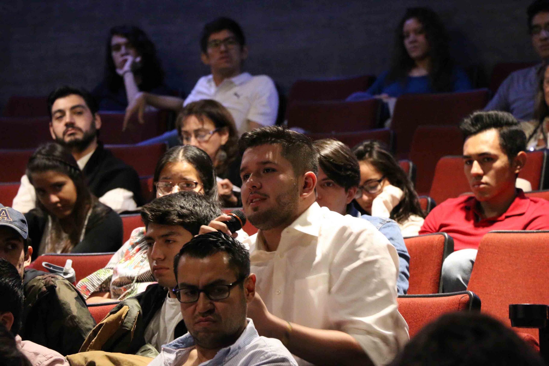Miembros del publico asistentes al encuentro, haciendo preguntas a los ponentes.