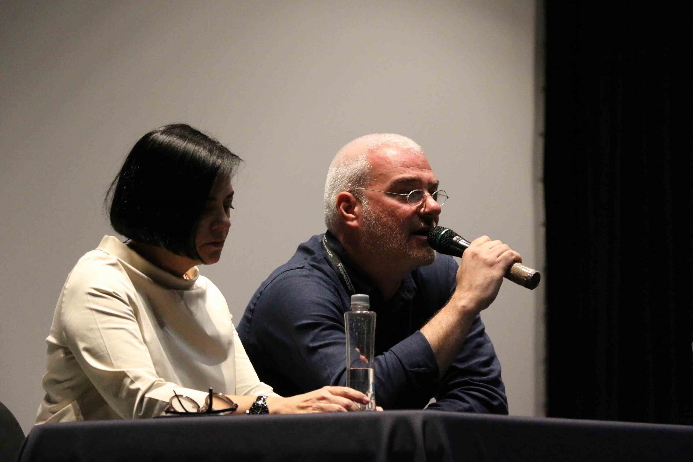 """Los arquitectos Graça Correia y Roberto Ragazzi, fundadores de la oficina Correia/Ragazzi Arquitectos, haciendo uso de la palabra, durante su presentación en la conferencia """"Modus operandi""""."""