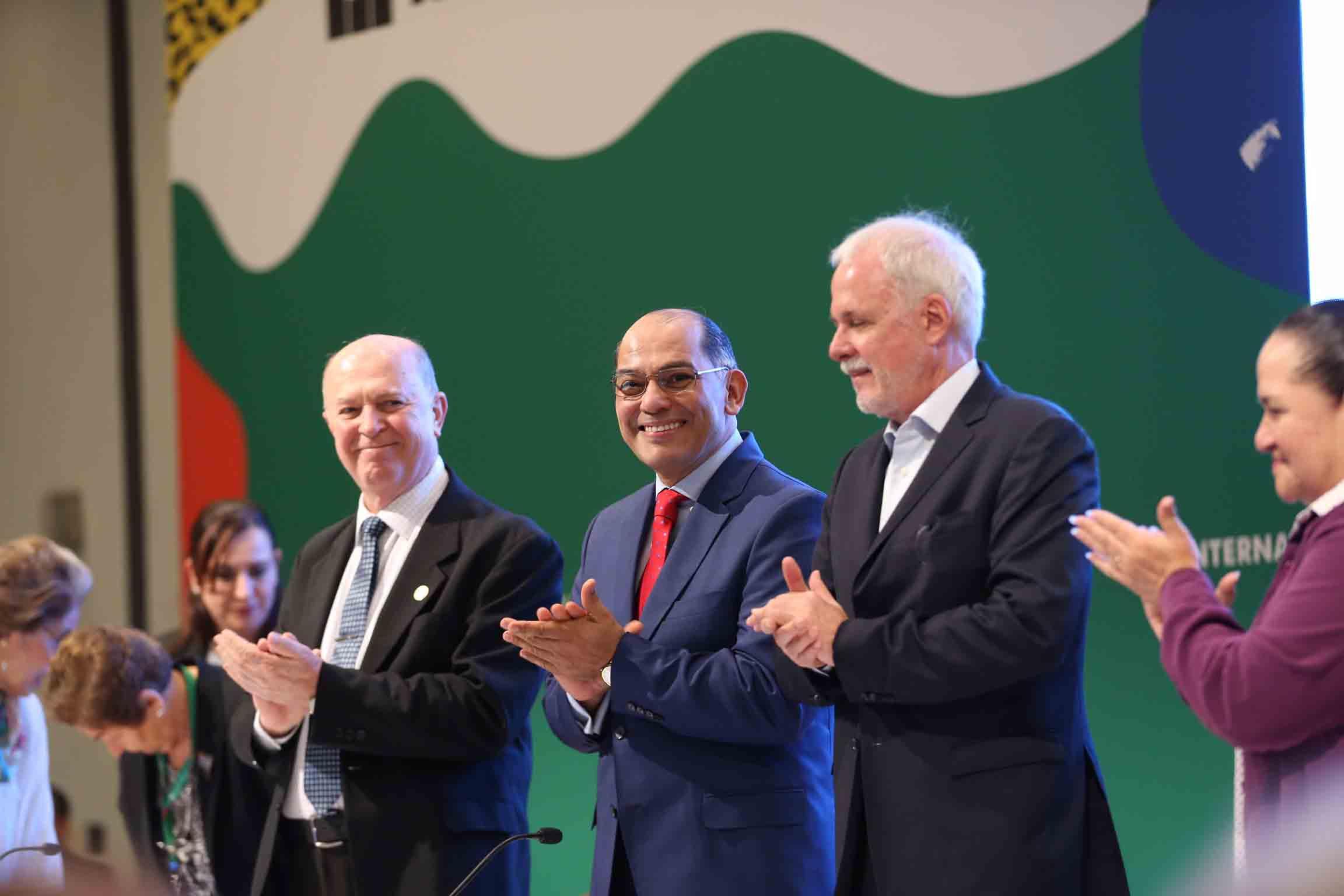 Presidente de la feria, licenciado Raúl Padilla López y el Rector general doctor Miguel Ángel Navarro Navarro y el doctor Sergio López Ruelas
