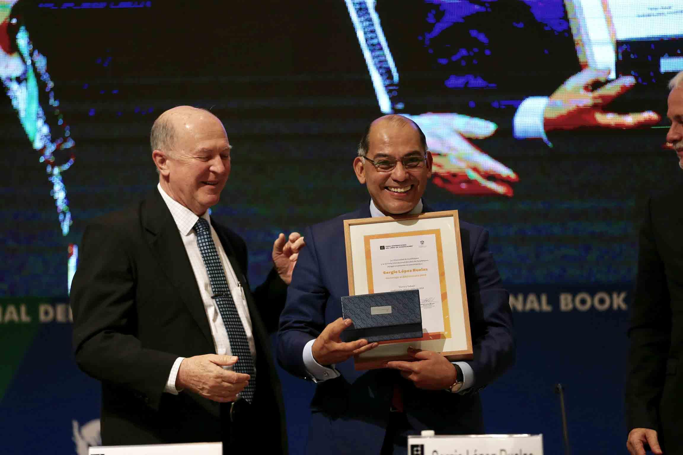 Doctor Sergio López Ruelas mostrando su reconocimiento durante el homenaje