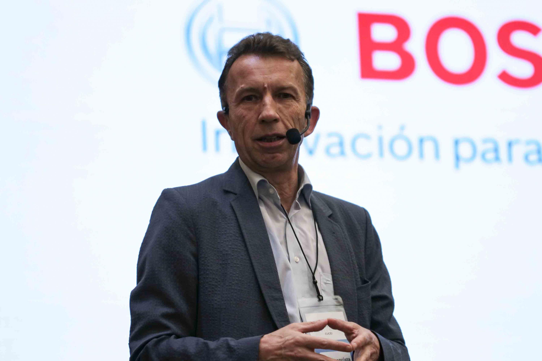 René Schlegel, de Bosch México, dictando conferencia a los estudiantes participantes de los retos.