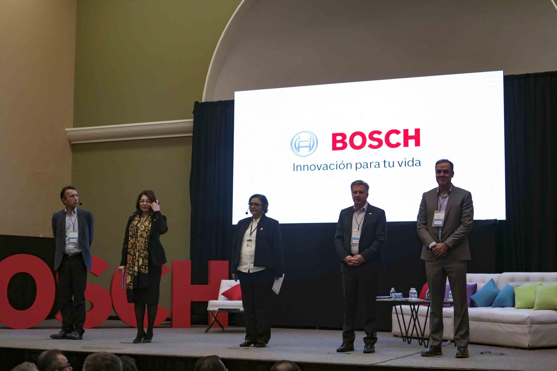 Vicerrectora Ejecutiva, de la UdeG, Rectora del CUCEI, Presidentes de Bosch Norteamérica y directivos de Bosch México.