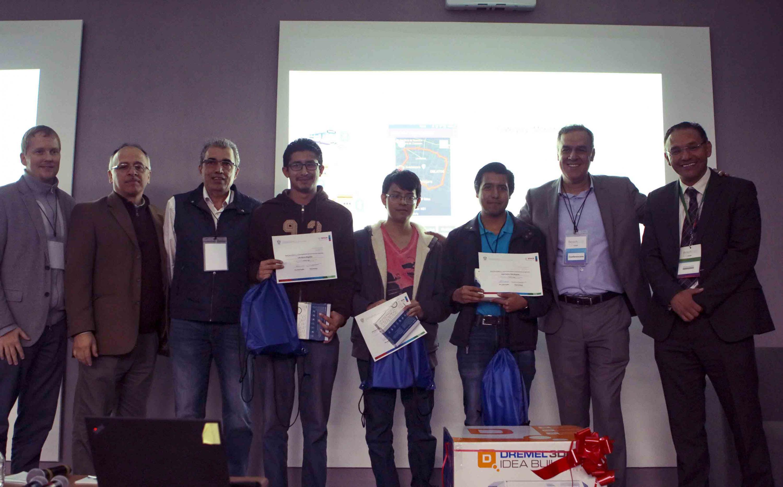Coachs y directivos de Bosch México; acompañando a los ganadores de los retos que muestras sus constanias y reconocimiento de participación.