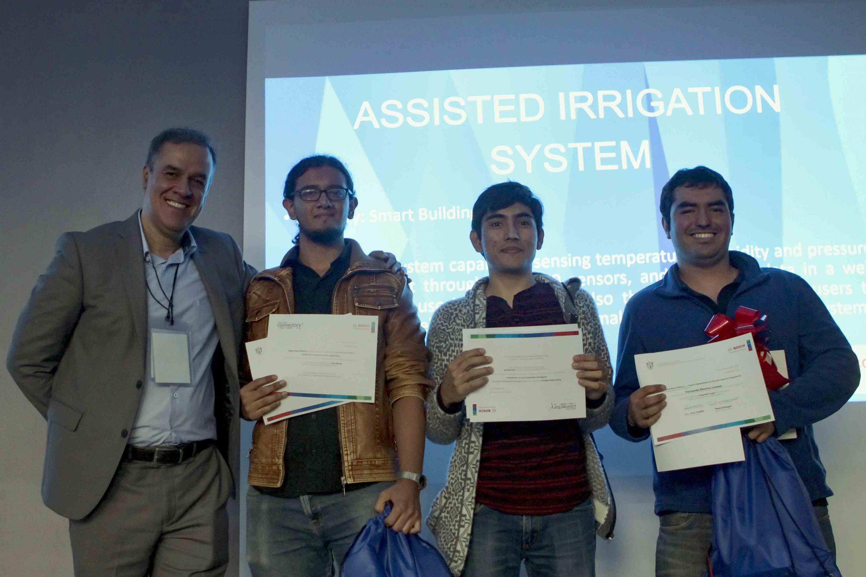 Equipo ganador del segundo lugar, mostrando sus reconocimientos y constancias de participación.