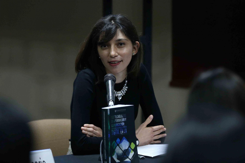 Responsable Editorial de la CGTI, licenciada Andrea Anahí García Castañón, haciendo uso de la palabra durante la presentación de libro