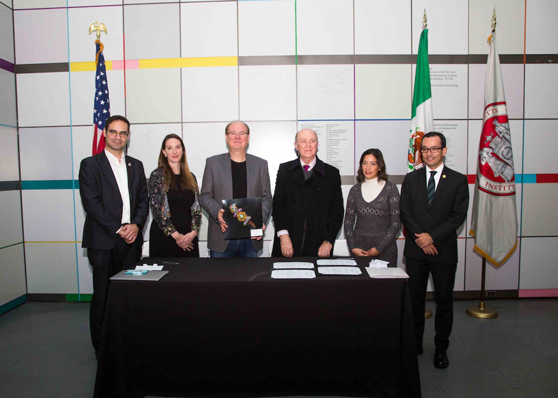 Directivo del Instituto Tecnológico de Massachusets, mostrando el regalo de artesanía Huichola; otorgado por parte del Rector General de la Universidad de Guadalajara.