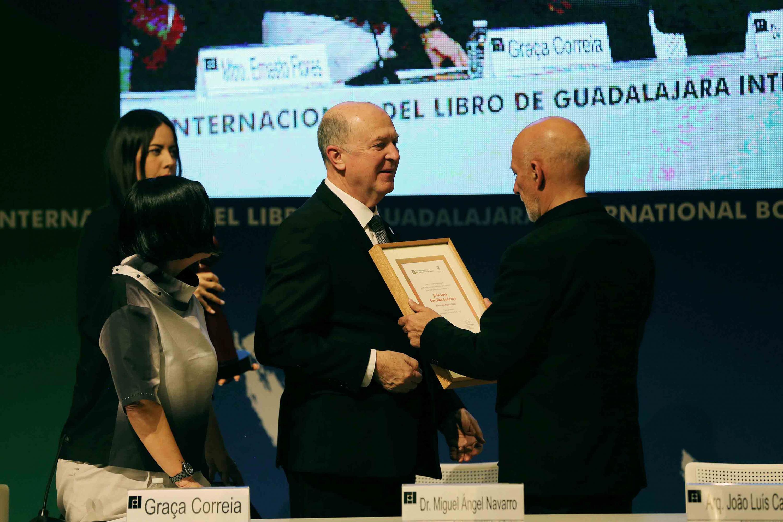 João Luís Carrilho da Graça; recibiendo por parte del Rector General de la UdeG,  los premios y reconocimientos de ArpaFIL 2018 por su trayectoria.