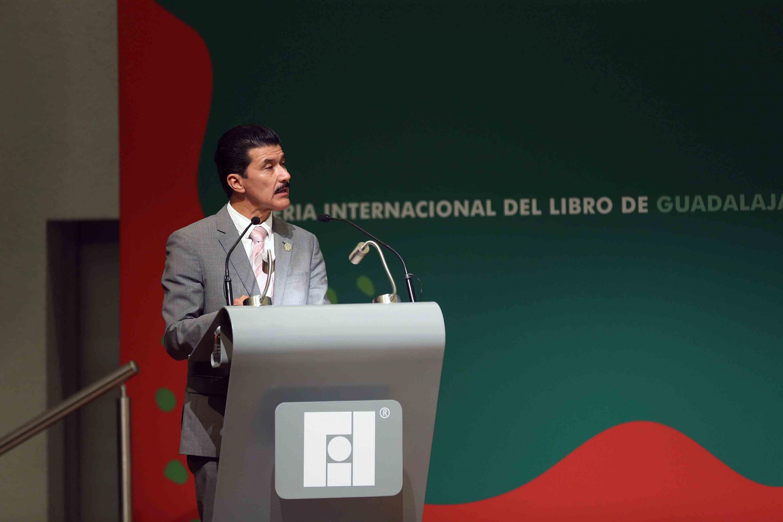 Maestro Ernesto Flores Gallo, en podium del evento, haciendo uso de la palabra.