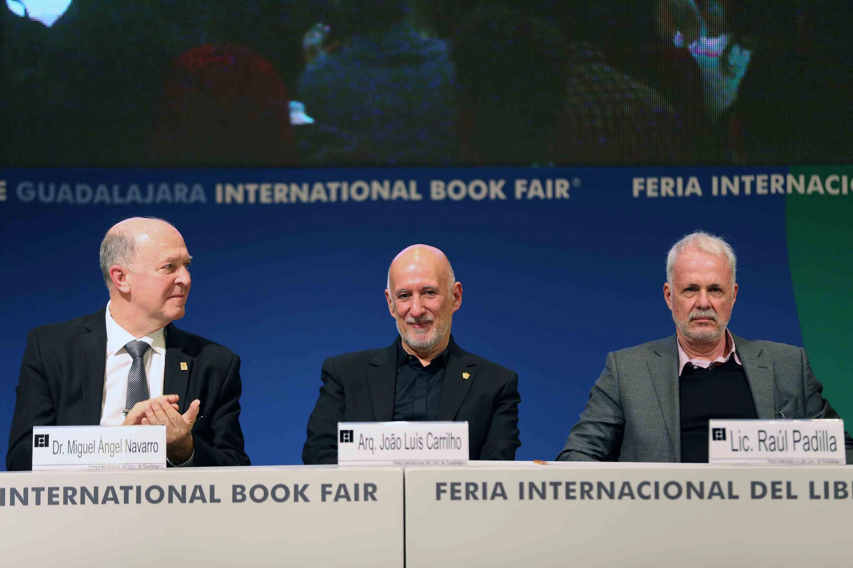 De izquierda a derecha: Rector General de la UdeG, doctor Miguel Angel Navarro Navarro; el homenajeado Arquitecto João Luís Carrilho da Graça y el Presidente de la FIL, Licenciado Raúl Padilla López.