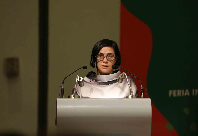 La arquitecta Graça Correia, en podium del evento, haciendo uso de la palabra.