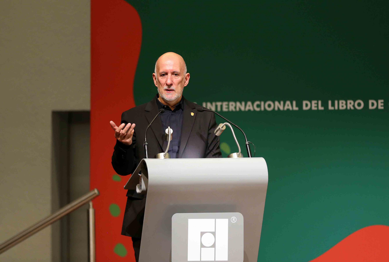 El Arquitecto João Luís Carrilho da Graça; en podium del evento, haciendo uso de la palabra.