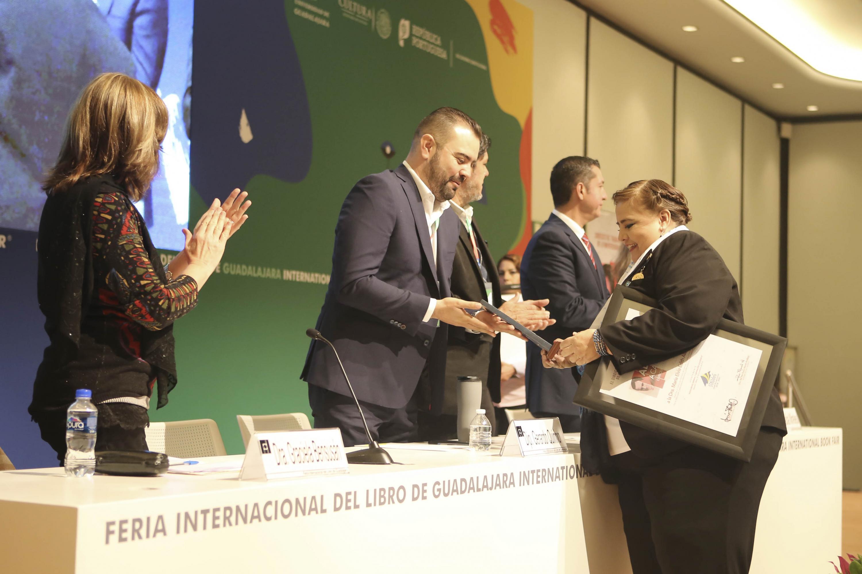 María Elvia Alanís Pérez, académica del CUCSH; recibiendo la presea especial Demetrio Vallejo Martínez.