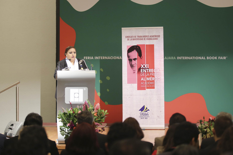 María Elvia Alanís Pérez, académica del CUCSH; en podium del evento haciendo uso de la palabra.