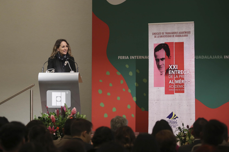Maestra Nadia Paola Mireles Torres, Coordinadora de Relaciones Institucionales de la Universidad de Guadalajara; en podium del evento, haciendo uso de la palabra.