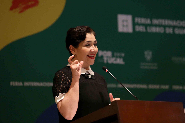 La titular de la Semadet, maestra Magdalena Ruiz Mejía, dirigiendo unas palabras al público.