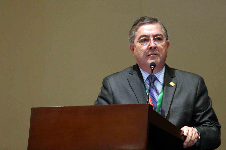 El Rector del Centro Universitario de Ciencias Biológicas y Agropecuarias, doctor Carlos Beas Zárate, haciendo uso del micrófono.