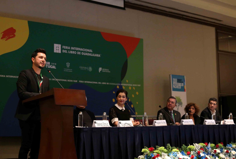 Santiago Acosta compartiendo unas palabras con el público, desde el podio.