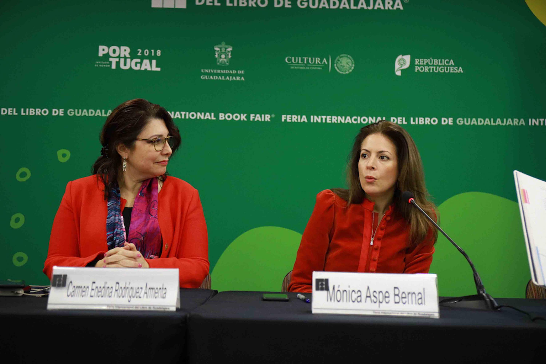 Maestra Mónica Aspe Bernal, ex subsecretaria de Comunicaciones y Transporte y la doctora Carmen Enedina Rodríguez Armenta, Vicerrectora Ejecutiva de la Universidad de Guadalajara, quien también funge como Directora de la ICN, durante la presentación de libro