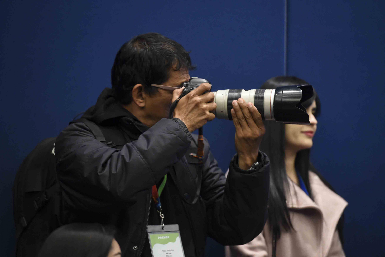 Camarografo tomado fotografías en la rueda de prensa