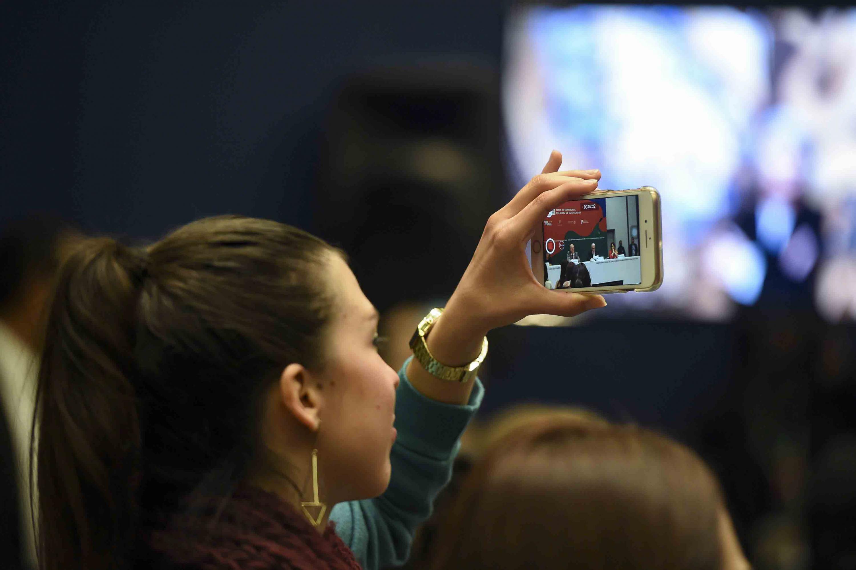 Publico asistente a la rueda de prensa tomando fotografías