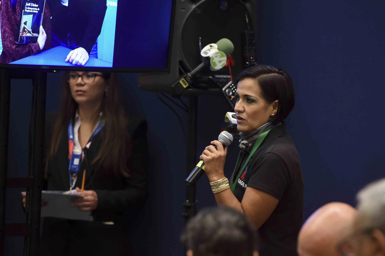 Asistente a la rueda de prensa hablando frente al micrófono