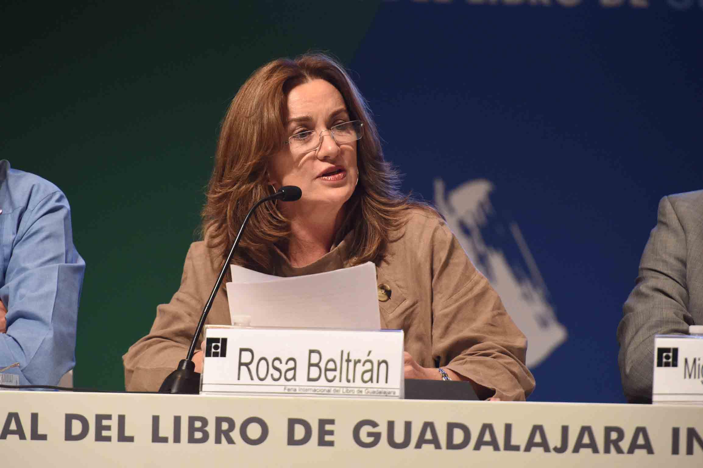 Escritora y catedrática Rosa Beltrán haciendo uso de la palabra durante el homenaje a Benito Taibo