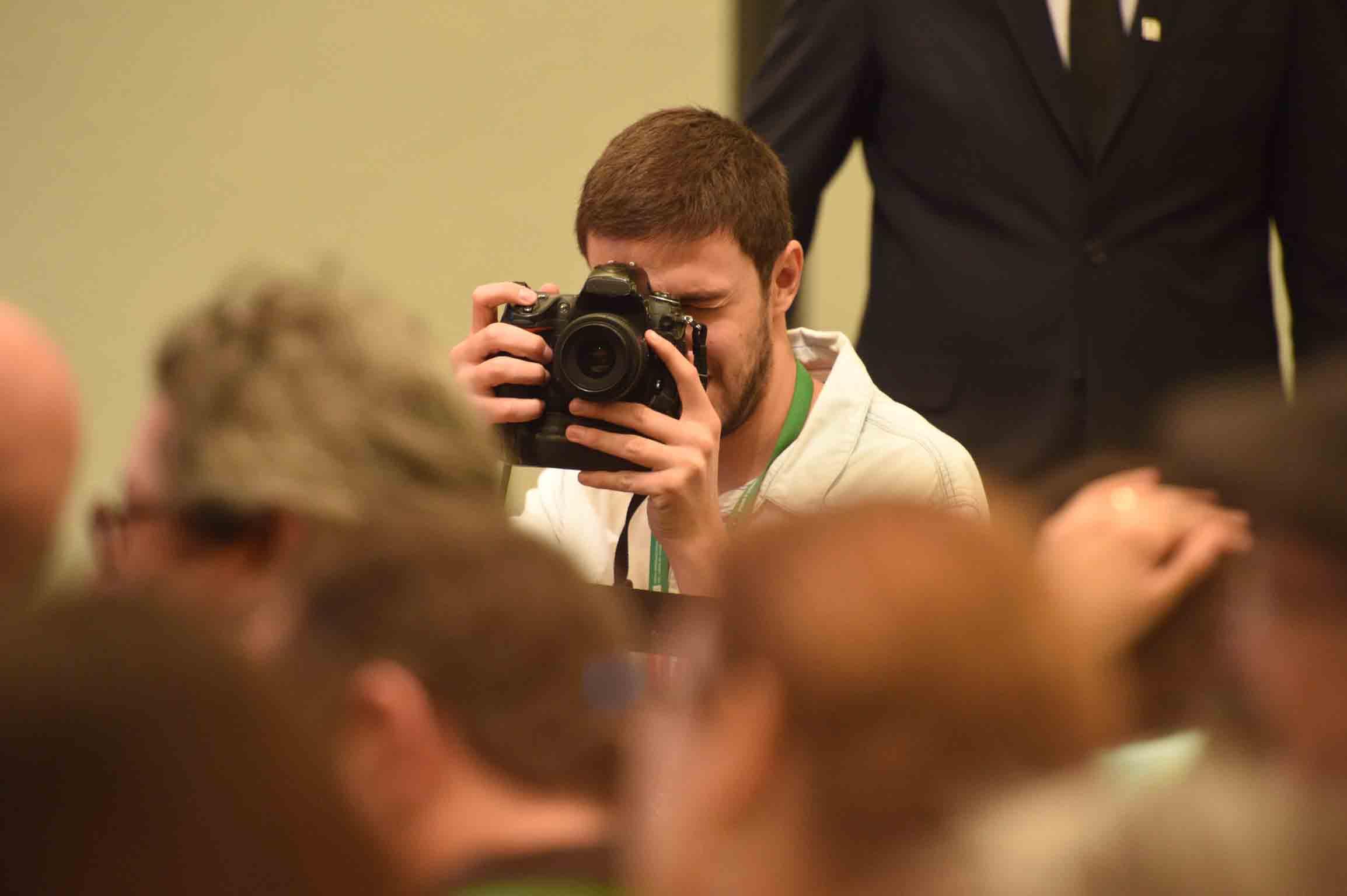 Asistente tomando fotografías durante el homenaje a Benito Taibo