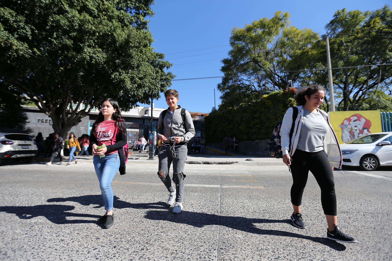 Tres alumnos de la Preparatoria 7 saliendo del plantel