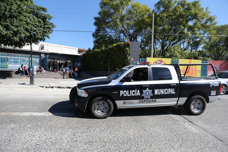 Una patrulla de policia estacionada a las afueras de la Escuela Preparatoria 7