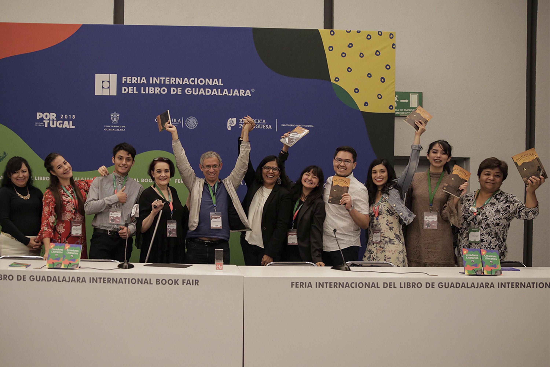 Ganadores del Concurso Cartas al Autor, felices con las manos en alto, mostrando el libro:  Al final, las palabras del escritor mexicano Antonio Malpica Maury, que les fué entregado como reconocimiento.