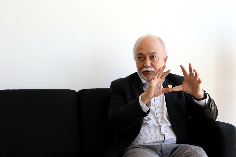 Guillermo Orozco siendo entrevistado en una sala