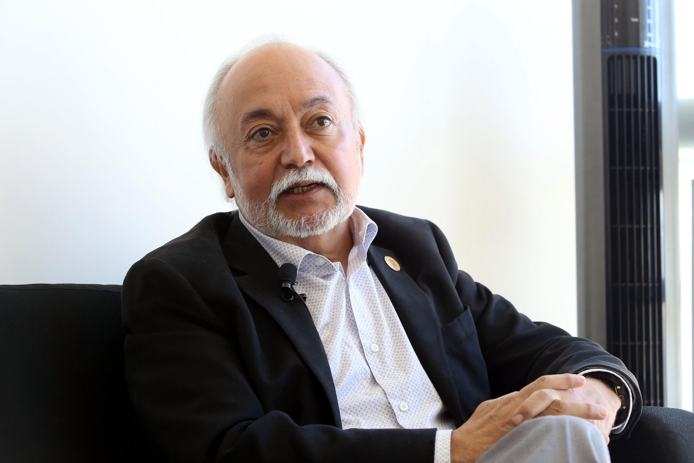 Guillermo Orozco Gómez sentado