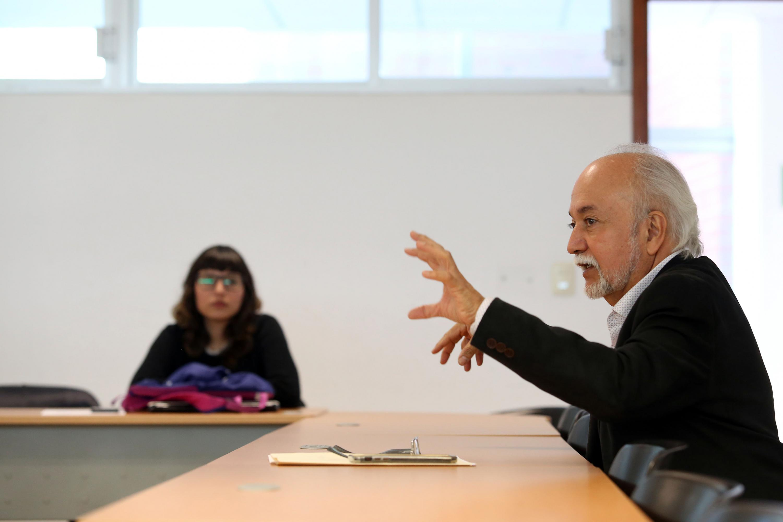 Guillermo Orozco es escuchado por una estudiante en su clase