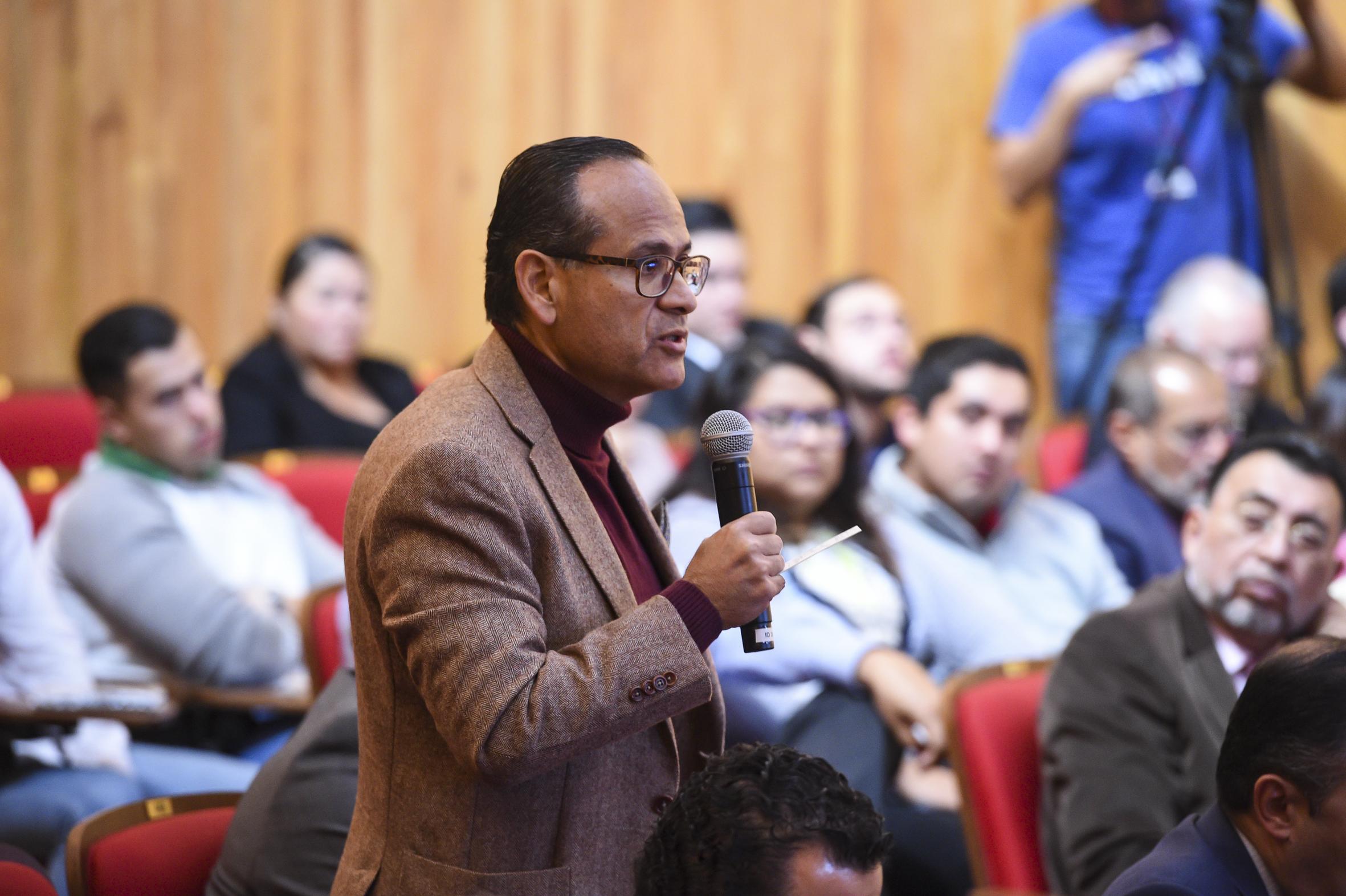Doctor Héctor Raúl Pérez Gómez, Director del OPD Hospital Civil de Guadalajara haciendo uso de la palabra durante la sesión extraordinaria