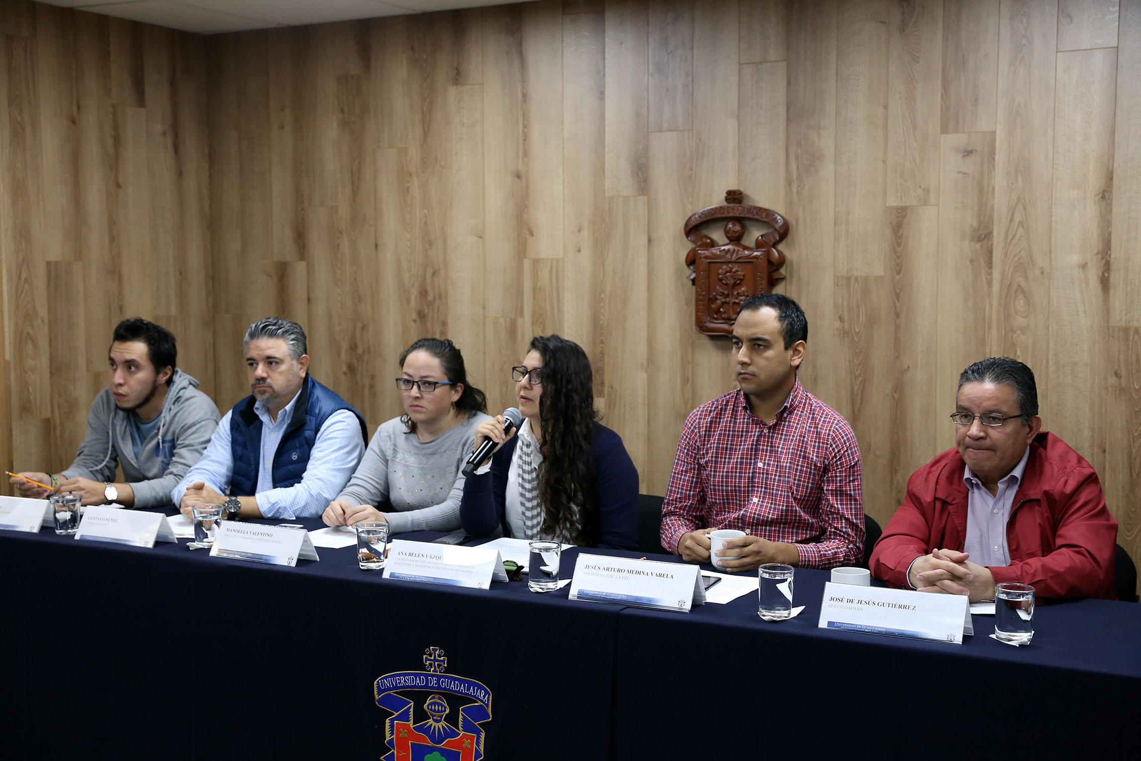 seis personas participaron en la mesa de presidium de la rueda de prensa