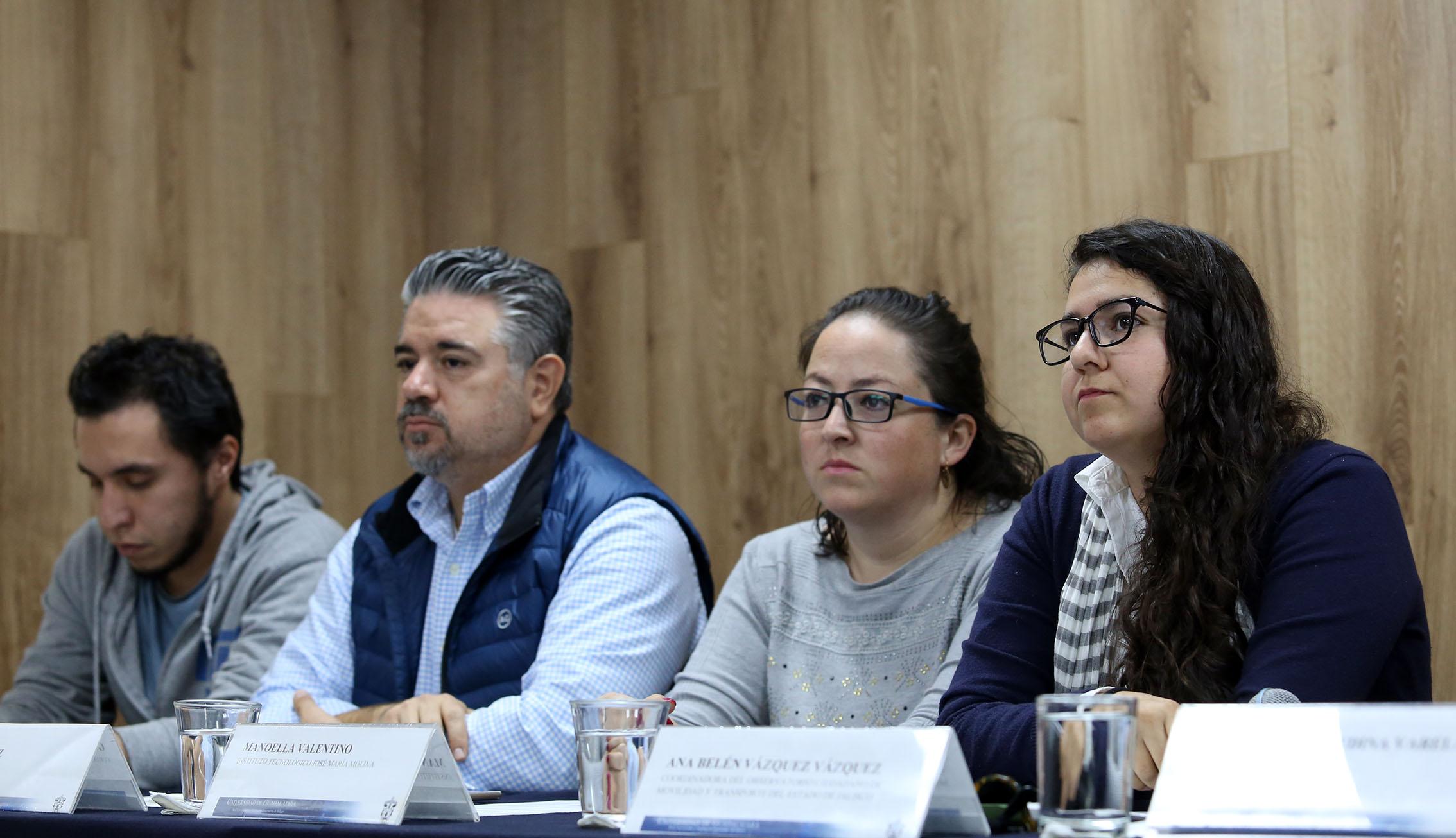 cuatro de los integrantes de la mesa de presidium de la rueda de prensa