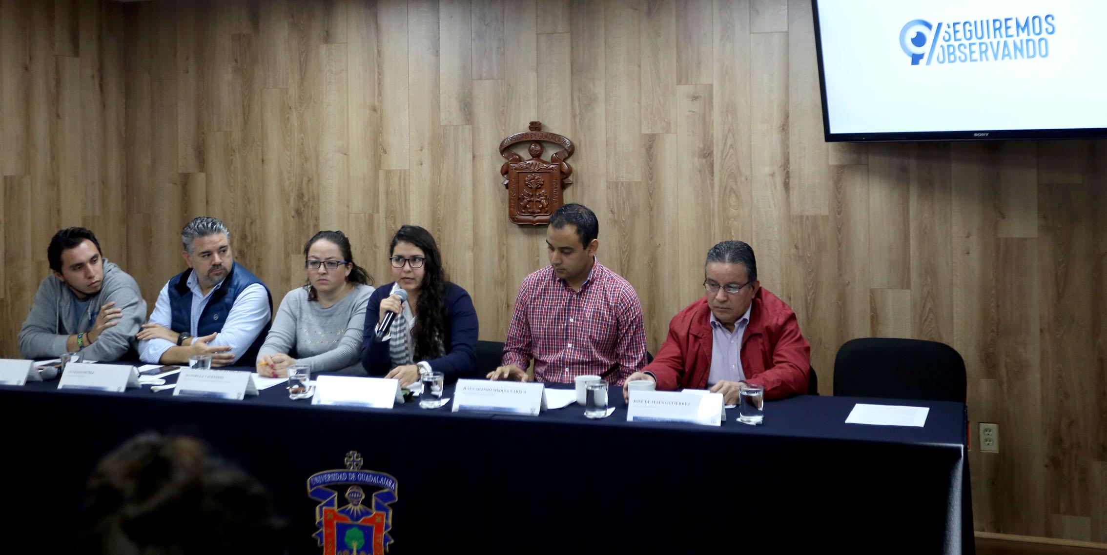 Ana Belén Vázquez Vázquez hablando con los reporteros mientras el resto de la mesa de presidium la escucha