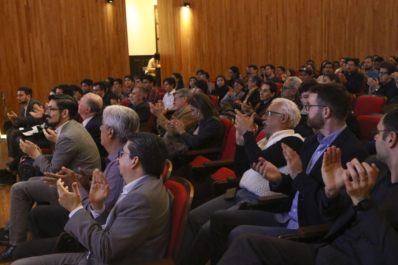 """Publico asistente a la conferencia Conferencia """"Beyond smart cities"""", impartida por el doctor Kent Larson"""