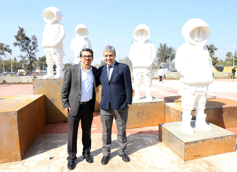 Rector de CUCEA Maestro José Alberto Castellanos Gutiérrez, y el rector del CUCSH, doctor Héctor Raúl Solís Gadea, posando para la fotografía en la plazoleta belenes