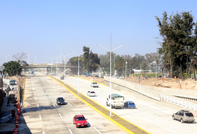 Carros transitando por el nuevo viaducto belenes