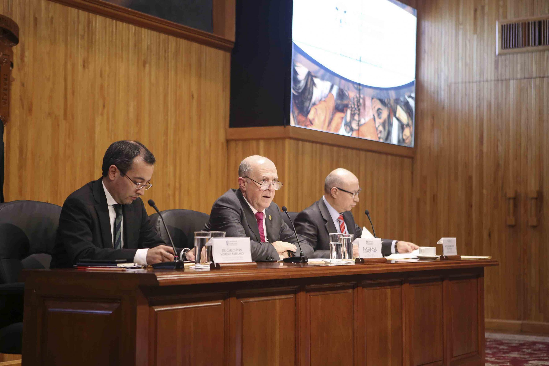 El rector General, el vicerrector ejecutivo y secretaria general desde la mesa de presidium