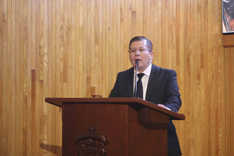 El doctor Daniel Jaime Haro Reyes habló desde el podium y respondió las preguntas de la audiencia